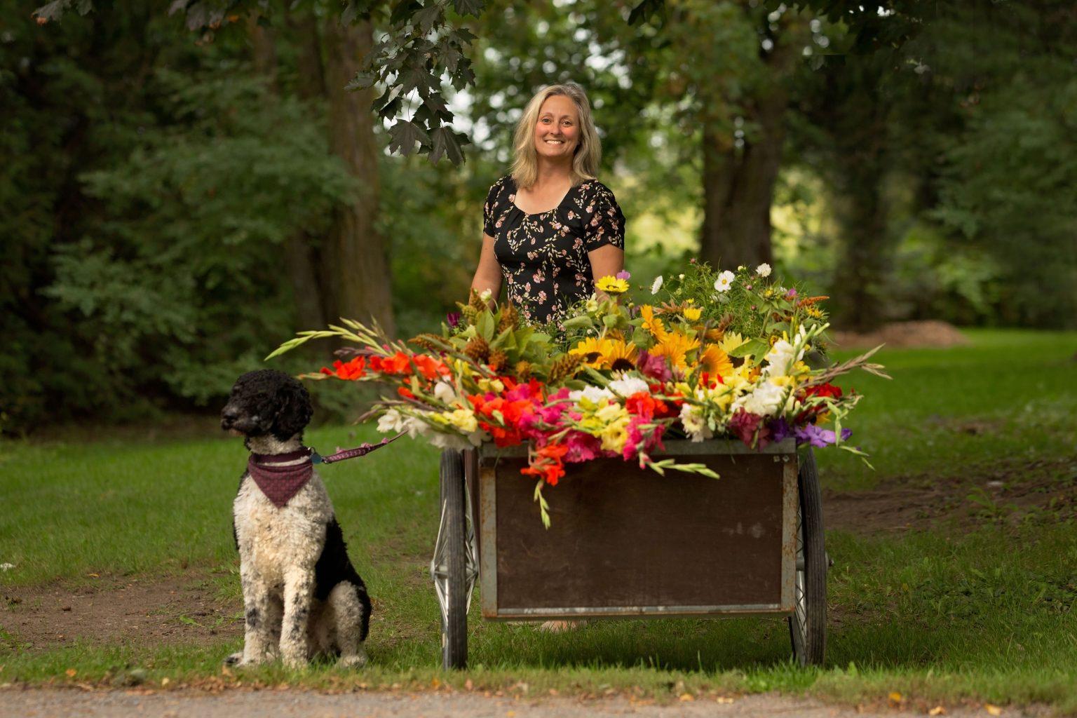 Femme avec fleurs et chien